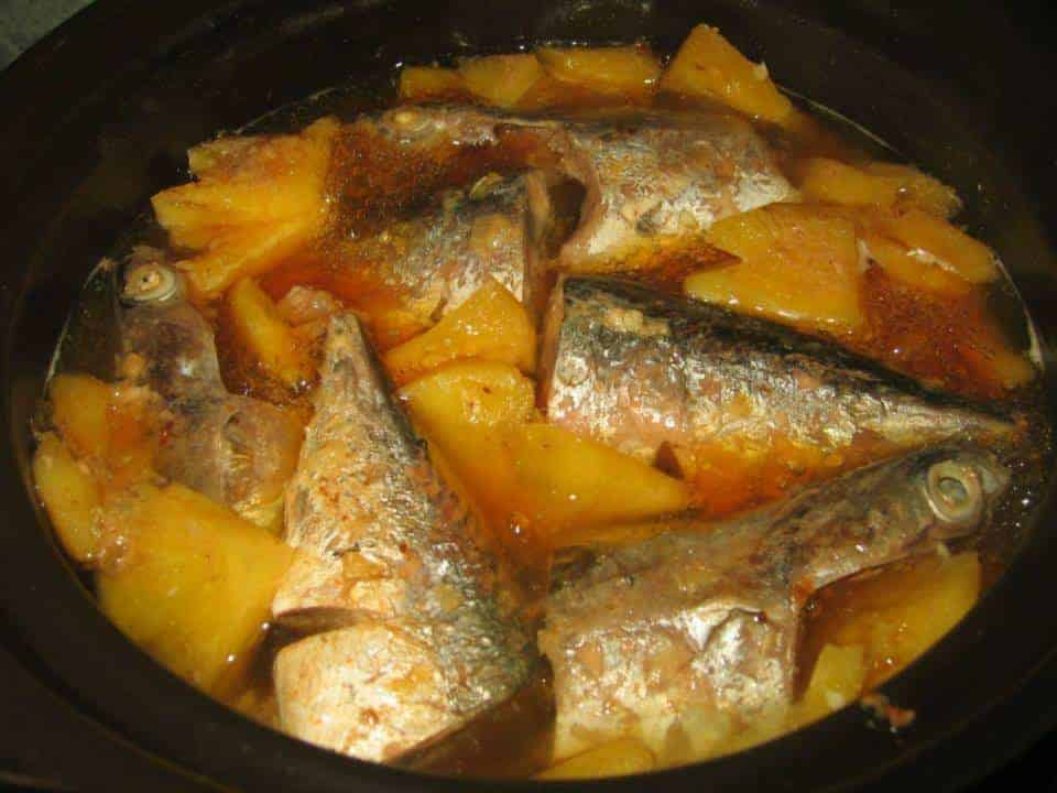 Cá ngừ kho thơm cà chua nước dứa